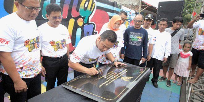 metrobanten metro Kota Tangerang - Walikota Arief R. Wismansyah saat menanda tangani peresmian Kampung Bekelir menjadi kampung Wisata