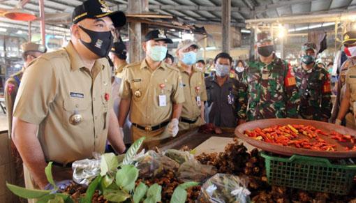 Bupati Tangerang Bagikan Masker Dan Pelindung Wajah Di Pasar Sentiong Balaraja