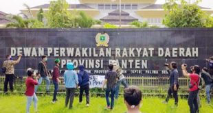 Himpunan Mahasiswa Islam (HMI) Lempari Gedung DPRD Banten Dengan Telur