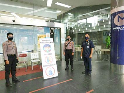 Jelang Penerapan New Normal, TNI-Polri Disiplinkan Warga Di Mall Of Serang