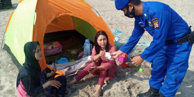Personel Ditpolairud Polda Banten Bagikan Masker dan Hand Sanitizer Kepada Pantai Wisata Anyer