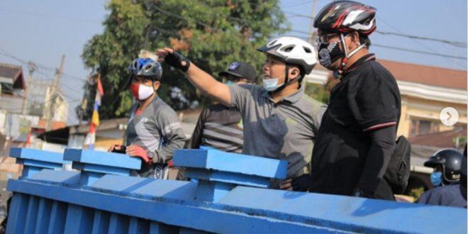 Walikota Arief Cek Saluran Air Pinggir Jalan Sambil Bersepeda Santai