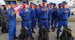 Personel Ditpolairud Polda Banten Kibarkan Bendera Dalam Laut di HUT RI Ke-75