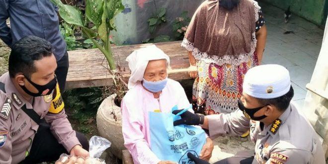 Jum'at Barokah Polda Banten, Bagikan Sembako Kepada Masyarakat Desa Beberan