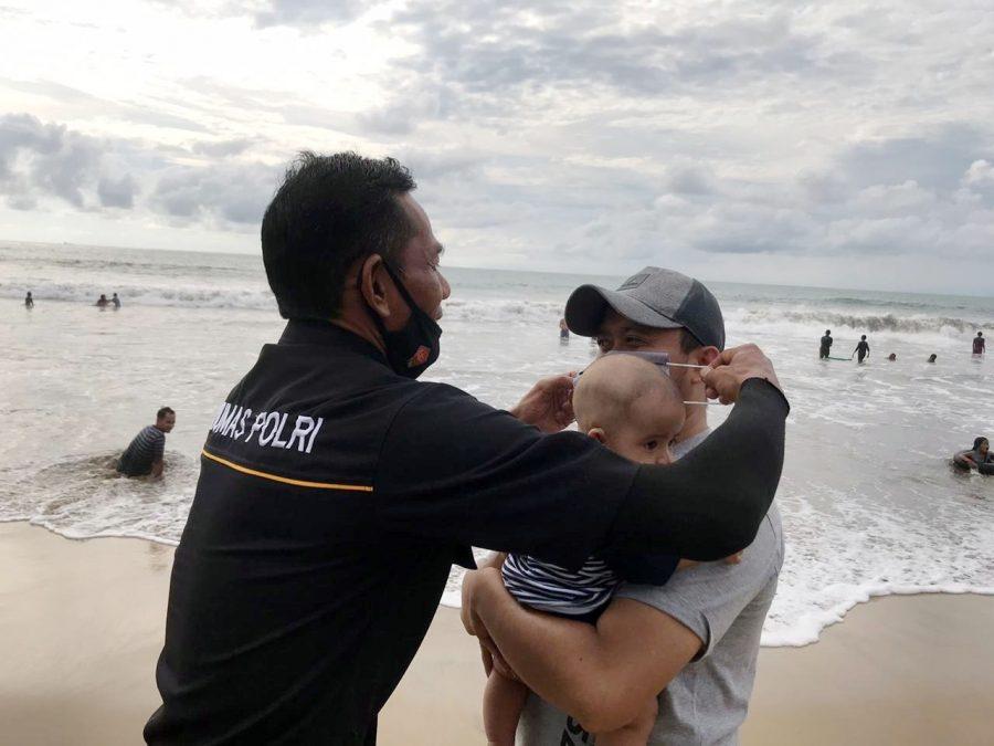 Bidhumas Polda Banten Beri Himbauan dan Bagikan Masker di Pantai Anyer