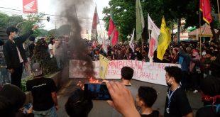 Tolak Omnibus Law, Mahasiswa UIN Ricuh Bakar Ban