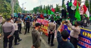 Demo Tolak UU Cipta Kerja Berlanjut, Ribuan Buruh Serbu Gedung DPRD Cilegon
