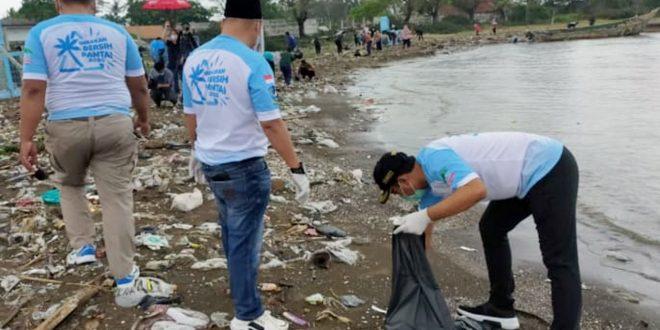 Camat dan SATRADAR 211 TNI AU Lakukan Aksi Bersih Pantai Tanjung Kait