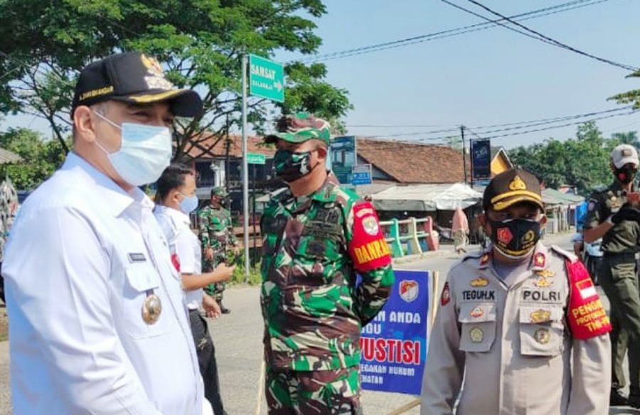 Bupati Tangerang Bagikan Masker Kepada Masyarakat Saat Operasi Yustisi di Balaraja