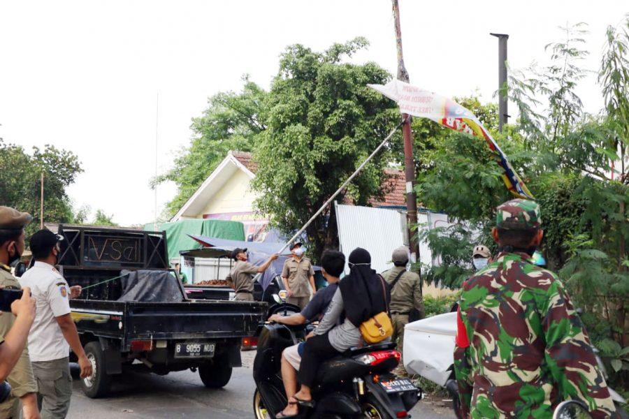Personil Gabungan Satpol PP, TNI dan POLRI, Tertibkan Reklame Tak Berizin