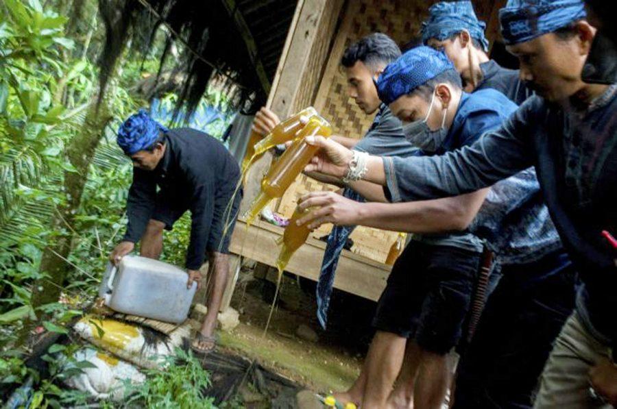 Lembaga Adat Baduy Musnahkan Madu Palsu Hasil Sitaan Warga