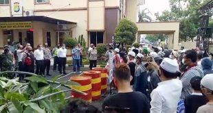 Keberatan HRS Ditahan, Ratusan Massa FPI Gelar Aksi di Kantor Polsek Tangrerang