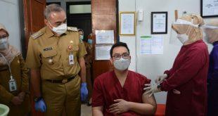 Bupati Zaki Pantau Vaksinasi COVID-19 Nakes di Puskesmas Kelapa Dua