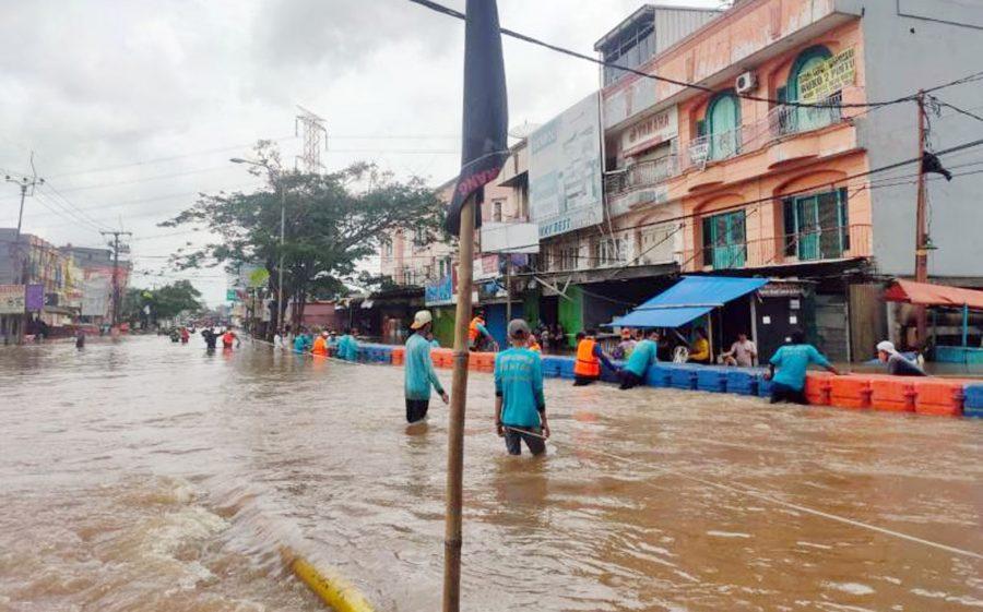 Akses Jalan Ciledug Indah Terputus Banjir, PUPR Buat Jembatan Apung