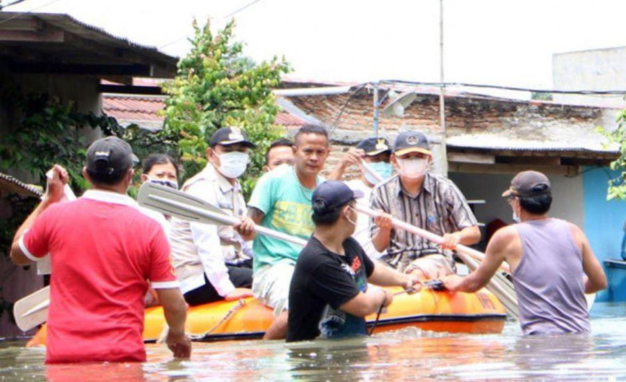 Wabup Tangerang Turut Evakuasi Warga dengan Perahu Karet