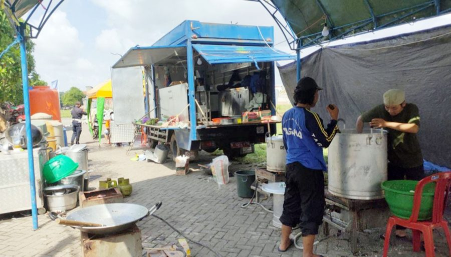 Dinsos Dirikan Dapur Umum Bantu Korban Banjir di Pasar Kemis