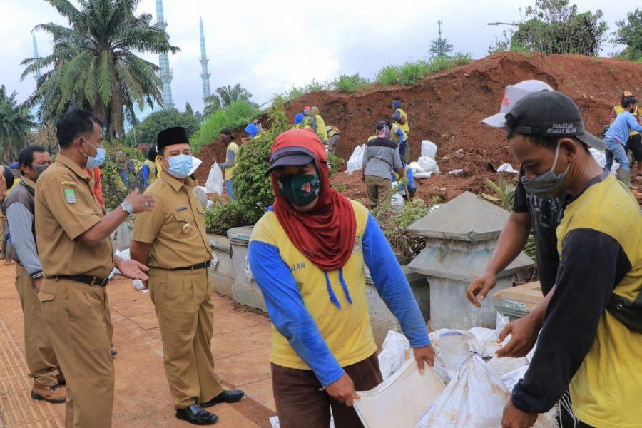 Antisipasi Cuaca Ekstrem, Pemkot Tangerang Tambal Kebocoran Tanggul