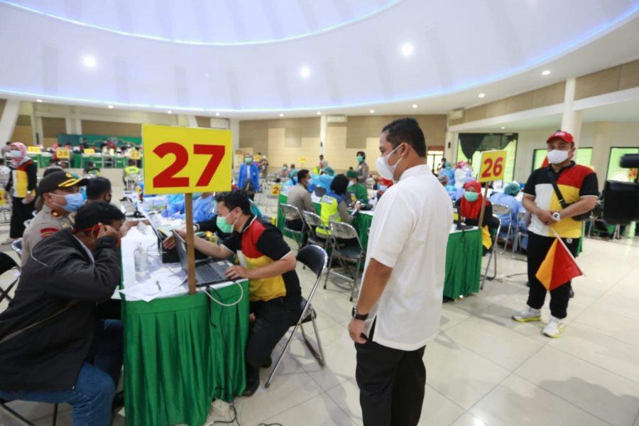 Vaksinasi Hari Kedua: Petugas Polres Metro Tangerang Kota Lakukan di Gedung MUI
