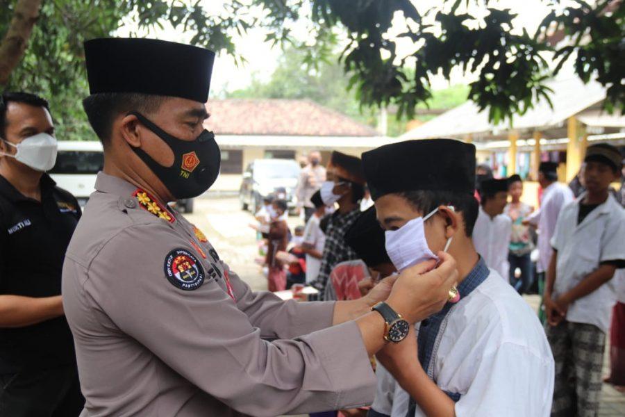 Tim Warung Jum'at Polda Banten Salurkan Paket Sembako ke Panti Asuhan Baiturrahman
