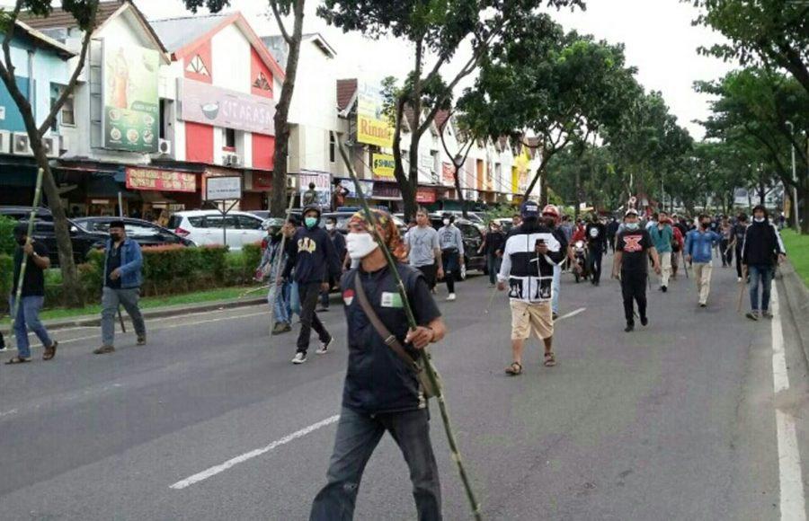 Ormas Pemuda Pancasila dan FBR Bentrok Membawa Sajam di Jalan Graha Raya Tangsel