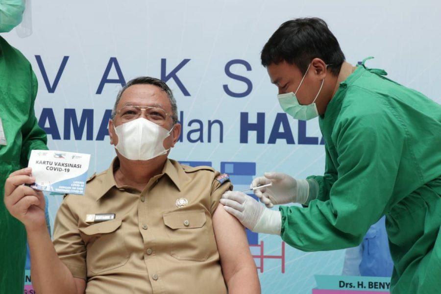 Wakil Wali Kota Tangsel Benyamin Davnie Lakukan Vaksinasi Covid-19