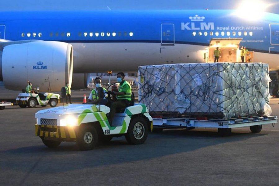 Pemerintah Datangkan 1,1 Juta Dosis Vaksin Covid-19 AstraZeneca Siap Pakai Tiba di Bandara Soetta