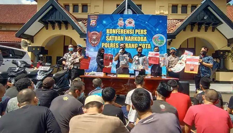 Polisi Tangkap Pembuat Tembakau Gorila Rumahan yang Dijual Online di Kota Serang