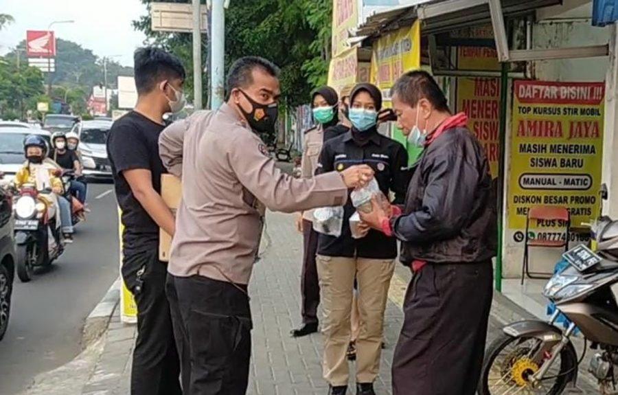 Humas Polda Banten Bersama Para Wartawan Bagikan Takjil dan Masker Gratis