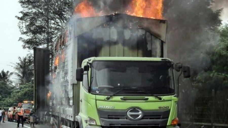 Truk Pengangkut Paket Terbakar di Tol Tangerang-Merak