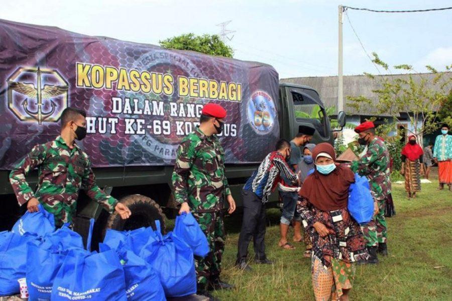 Pasukan Kopassus Bagikan 2.000 Paket Sembako Bagi Warga Terdampak COVID-19