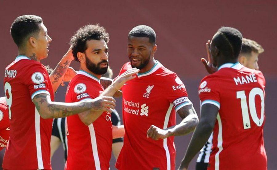 Liverpool vs Southampton, Tim Tuan Rumah Sanggup Bangkit? Sport - Liverpool akan menjamu Southampton di pekan ke-35 Liga Inggris 2020-2021, Minggu 9 Mei 2021 dini hari WIB. Namun, The Reds –julukan Liverpool– akan melakoni laga ini tak dalam kondisi terbaik. Sebab, dalam dua pertandingan terkini di Liga Inggris 2020-2021, Liverpool gagal menang. Berturut-turut, Liverpool hanya bermain 1-1 dengan Leeds United dan Newcastle United. Selain itu, The Reds cuma mendapat enam poin dari 30 angka yang seharusnya bisa dimaksimalkan dalam 10 kandang terkini mereka musim ini. Rekor Liverpool melawan tim peringkat di bawah mereka juga tidak terlalu bagus. Menurut catatan, Liverpool baru memenangkan dua dari 11 pertandingan melawan klub-klub yang peringkatnya di bawah mereka. Meski begitu, Si Merah punya rekor head to head bagus melawan Southampton, di mana Liverpool belum pernah kalah dalam enam pertandingan kandang teranyar melawan The Saints –julukan Southampton. Pada pertemuan pertama kedua tim di Stadion St Mary, 5 Januari 2021 lalu, Southampton secara mengejutkan berhasil mengalahkan Liverpool dengan skor 1-0. Saat itu, gol semata wayang dicetak Danny Ings yang notabene mantan pemain Liverpool. Sejak gabung Southampton pada 2019, Danny Ings telah mencetak dua gol ke gawang Liverpool dalam dua pertandingan terpisah. Penyerang 28 tahun itu sayangnya tidak tersedia jelang bentrokan di Anfield lantaran tengah dibekap cedera. Menjelang pertandingan ini, Liverpool kembali diperkuat Nat Phillips. Bek 24 tahun absen dalam dua laga terakhir akibat cedera hamstring ringan. Kembalinya Nat Phillips akan membuat Liverpool bisa mengembalikan Fabinho ke posisi gelandang tengah bersama Gini Wijnaldum dan Thiago Alcantara. Nantinya, Phillips akan berduet dengan bek asal Turki, Ozan Kabak.Pelatih Liverpool, Juergen Klopp, masih mencari formasi ideal untuk empat penyerang utama, Mohamed Salah, Roberto Firmino, Sadio Mane dan Diogo Jota. Sejak kedatangan nama terakhir, formasi tiga penyerang d