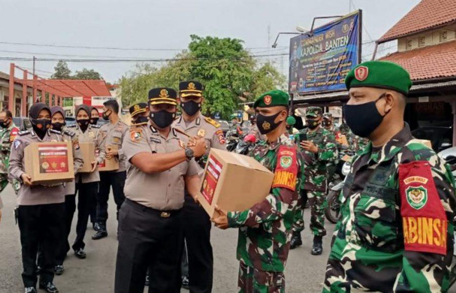 Peserta Didik Sespimti Dikreg 30 Bagikan 1000 Paket Sembako di Kota Serang