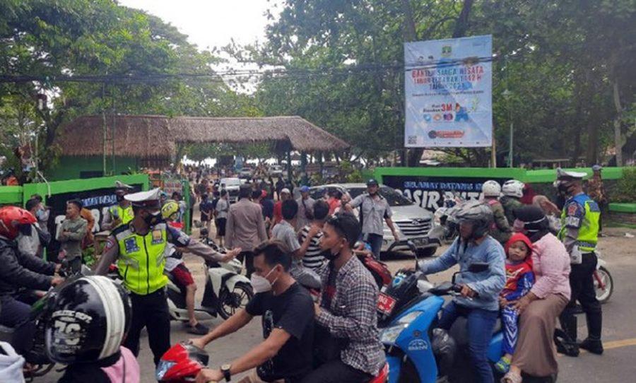 Tutup Akses Jalan, Pedagang Protes Penutupan Wisata Meluas ke Carita