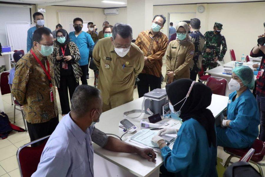 Walikota Benyamin Davnie Tinjau Vaksinasi Gotong Royong Pekerja PT. Indah Kiat Pulp & Paper