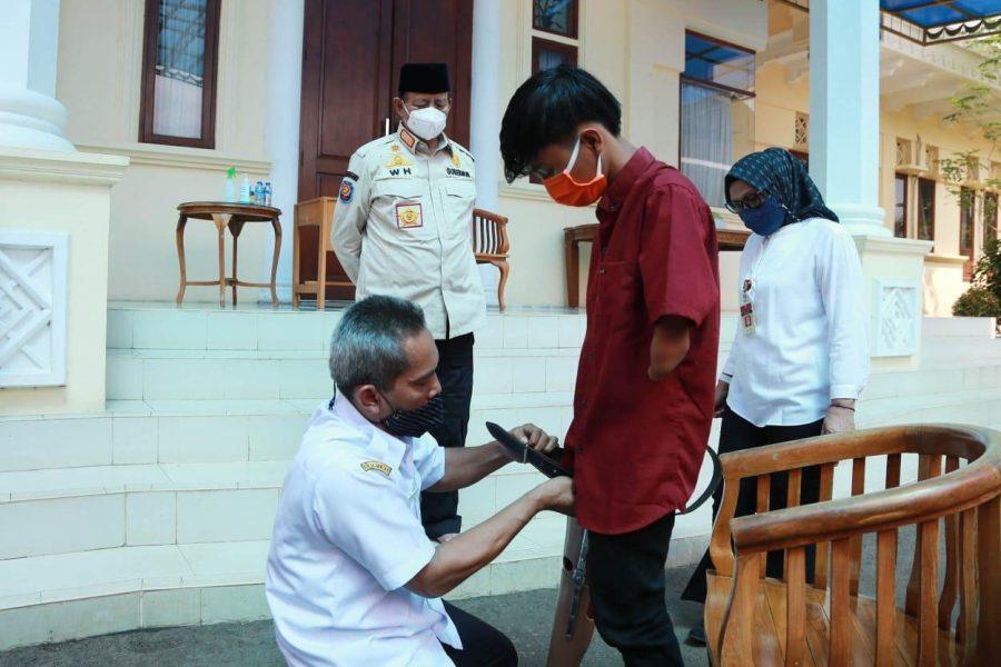 Wahidin Halim Serahkan Bantuan Kaki Palsu Kepada Penyandang Disabilitas
