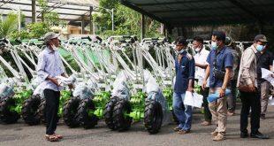Gubernur Banten Serahkan Bantuan 120 Unit Hand Traktor Kepada Kelompok Tani