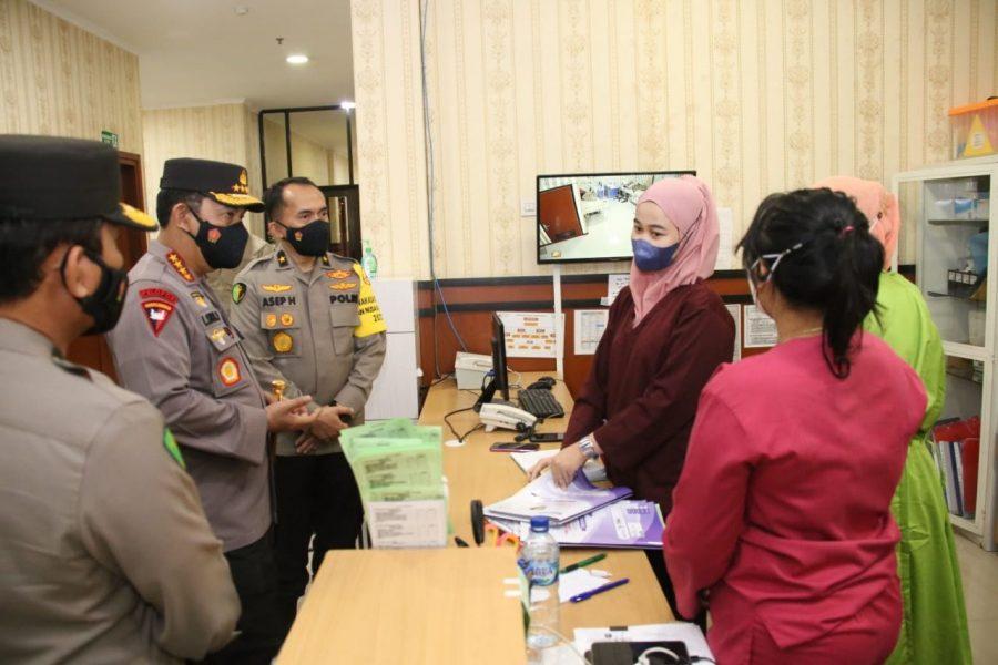 Kapolri Beri Bantuan Kepada Tenaga Kesehatan RS Polri Soekanto