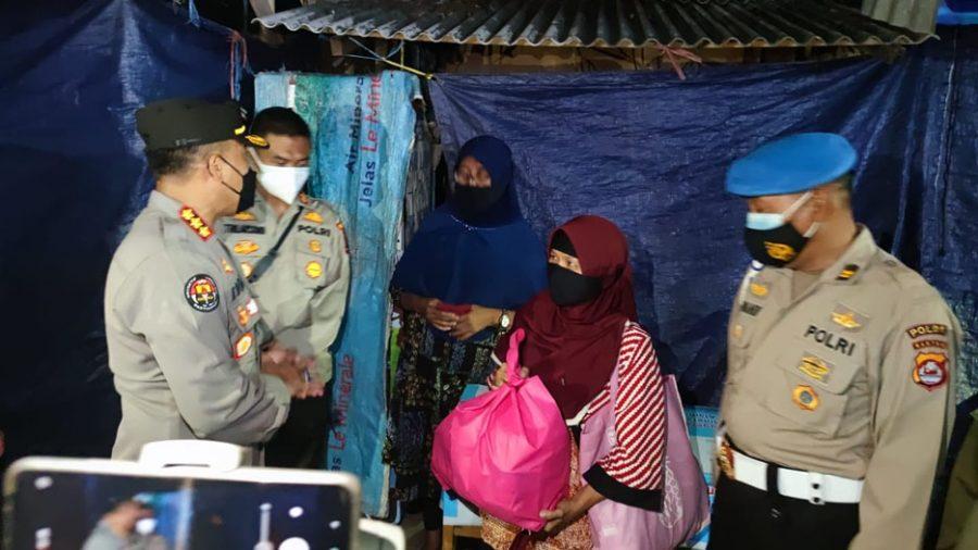 Polda Banten Bagikan 136 Ton Beras kepada Warga Terdampak PPKM