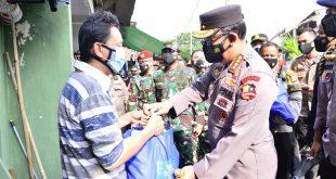 Panglima TNI dan Kapolri Sosialisasi Vaksin Keliling dan Serahkan Bansos ke Warga