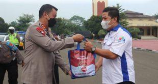 Polda Banten Bagikan Sembako Kepada Buruh dan Pekerja