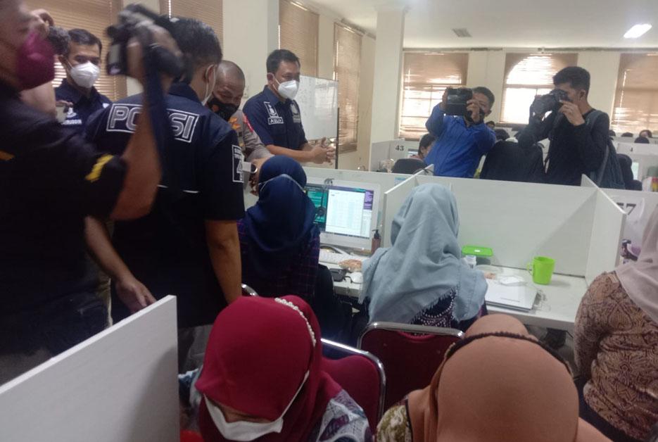 Polisi Amankan 32 Orang Pekerja Saat Penggerebekan Kantor Pinjol Ilegal di Cipondoh